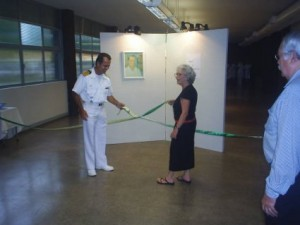 Suelly Avellar, do Projeto Portinari e o Comandante Júlio César Barcellos Guimarães na inauguração da exposição de réplicas de Portinari.
