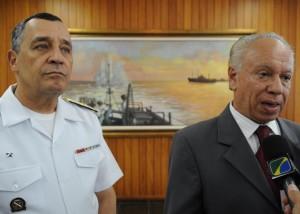 Comandante da Marinha, Almirante Júlio Soares de Moura Neto, e o presidente da Agência Nacional de Petróleo (ANP), Haroldo Lima