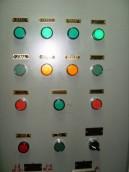 Painel de controle do AMALTHIA, note os dois idiomas em cada sinal