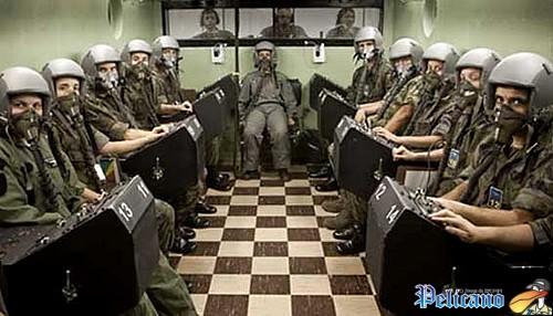 Treinamento no Instituto de Medicina Aeroespacial, no Campo dos Afonsos: simulação de condições adversas durante o voo