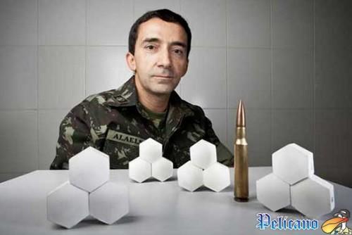 O Tenente-Coronel Alaelson Gomes com amostras do sistema de blindagem produzidas no IME